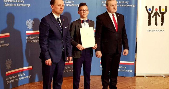 Mikołaj Wańkowicz odbiera stypendium od Ministra Kultury i Dziedzictwa Narodowego